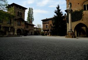 Piazza a Grazzano Visconti