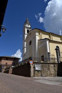 Piazza della chiesa a Tenna