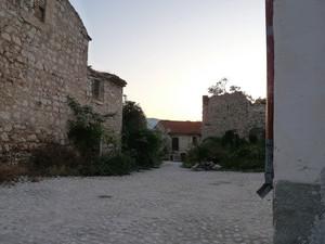 La piazza abbandonata-Frattura Vecchia