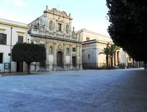 La chiesa e il tempio sono in piazza.