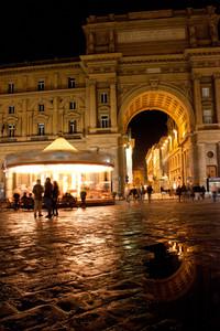 Piazza della Repubblica con Arcone riflesso