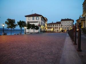 Piazza vista lago