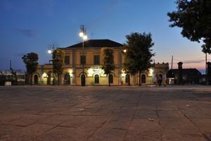 La piazza vicino al mare.