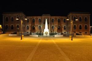 Serata in Piazza Municipio con l'edificio scolastico ed il Monumento ai caduti