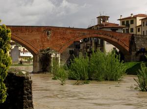 Ponte Romanico sulla Sieve e le case di San Francesco