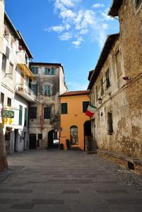 Una piazza del passato con porta dipinta