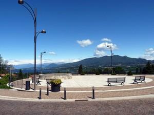 La piazza e il lago.