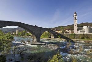 Il ponte e il torrente impetuoso
