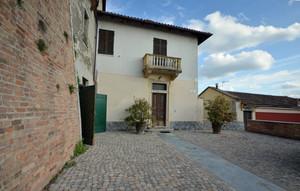 La piazza con la piccola casa