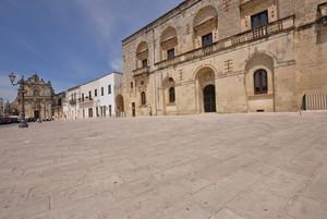 l'assolata Piazza del Popolo