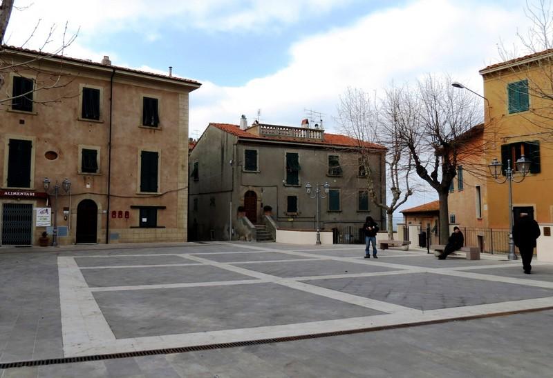 ''Solo tre persone in piazza'' - Castagneto Carducci