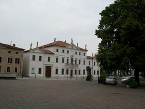 Piazza Duomo con vista su Palazzo Menegozzi