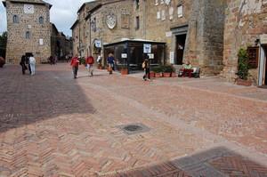 La piazza di Sovana 2