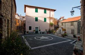 Piazza Castello a Chiusanico
