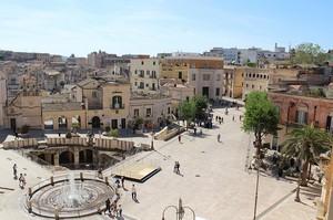 La piazza dal Palazzo dell'Annunziata