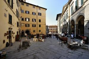 mercatino in Piazza Signorelli