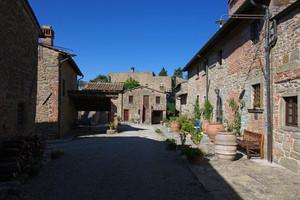 la piazzetta nel borgo Cintoia Castello