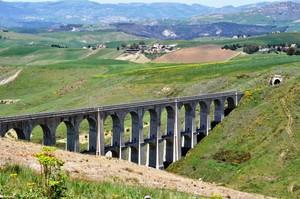 Ponte Busiti sulla linea ferroviaria per Caltanissetta Xirbi