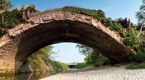 Ponte antico sul torrente