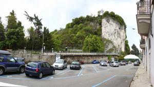 Piazza Gorizia e lo strapiombo della rocca Borromea