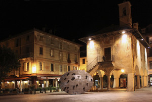 In piazza a Orta con Broletto e il Disco per Beuys di Mimmo Paladino
