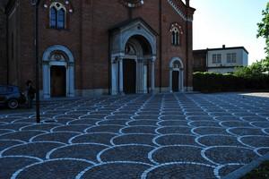All'ombra della chiesa