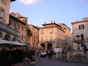 dalla piazza verso via San Gabriele