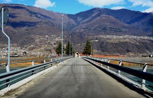 Un ponte sull'invaso di Ardenno