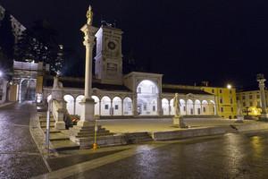 Notturno su Piazza Libertà