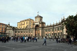 Piazza Dante, il ritrovo dei giovani napoletani