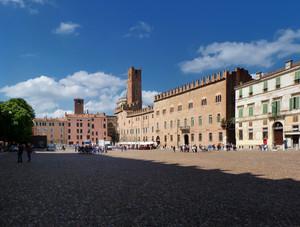 Sopraggiunge l'ombra su piazza Sordello