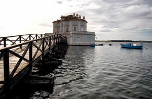 Ponte di accesso alla Casina Vanvitelliana sul lago Fusaro