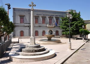 La Piazza della Repubblica con  la croce, la fontana e la scuola!