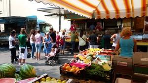 Giorno di mercato in piazza Roma.