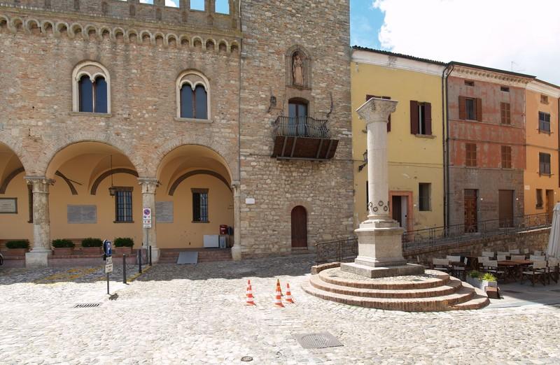 ''La colonna dell'ospitalità in piazza della Libertà'' - Bertinoro