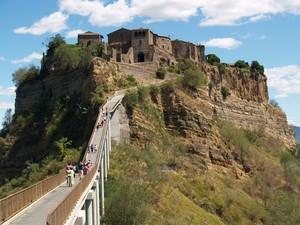 Il ponte di accesso a Civita