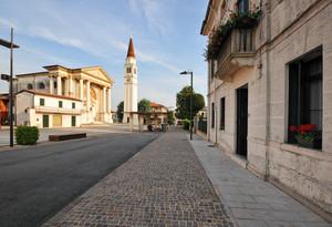 A lato della piazza