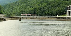 Ponte sul lago artificiale