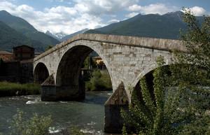 Un antico ponte di pietra sull'Adda