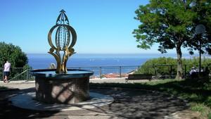 piazzetta di Falconara Alta con una vista mozzafiato sul mare.