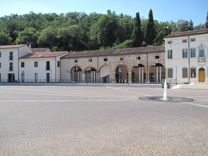 La piazza a Torri.