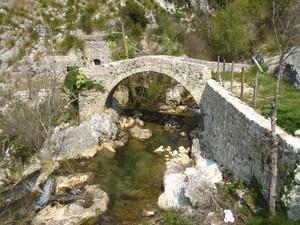 Vecchio ponte romano presso la sorgente del fiume Auso