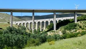 i  due ponti       .autostrada e ferrovia,tra i monti abruzzesi.