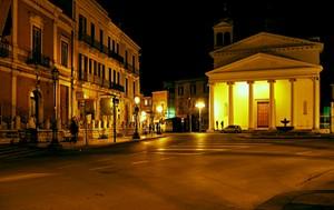 Immagine notturna di una piazza di Foggia