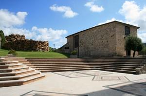 Una piazza, un nuraghe, una chiesa