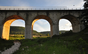 un sentierino sotto il ponte
