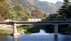 Alle spalle del ponte di Monet