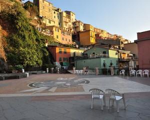 scende la sera su Piazza Capellini