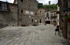 Piazza con vista sul castello