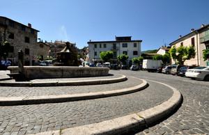 giro girotondo al centro della piazza
